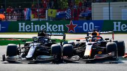 Kecelakaan bermula ketika Hamilton baru keluar pitlane diikuti Verstappen yang ada di belakangnya. Pembalap Red Bull tersebut berusaha melakukan overtake dari sisi dalam saat chicane pertama. (Foto: AFP/Andrej Isakovic)