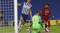 Gelandang Liverpool, Mohamed Salah, berusaha mencetak gol ke gawang Brighton pada laga lanjutan Premier League pekan ke-34 di Stadion Falmer, Kamis (9/7/2020) dini hari WIB. Liverpool menang 3-1 atas Brighton. (AFP/Paul Childs/pool)