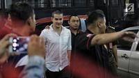 Steve Emmanuel tiba di Pengadilan Negeri Jakarta Barat untuk menjalani sidang perdana dugaan kasus narkoba, Kamis (21/3). Steve yang tampil dengan kepala plontos itu hanya tersenyum ketika dicecar pertanyaan oleh para pewarta. (Liputan6.com/Faizal Fanani)