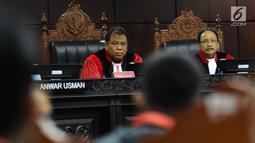 Ketua Hakim Mahkamah Konstitusi, Arief Hidayat (kiri) memimpin sidang Judicial Review atas Perppu Ormas di Gedung MK, Jakarta, Rabu (30/8). Sidang mendengarkan keterangan dari pemerintah dan pihak terkait. (Liputan6.com/Helmi Fithriansyah)