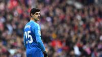 Thibaut Courtois mendapatkan teror tak mengenakkan di derby Atletico Madrid vs Real Madrid (GABRIEL BOUYS / AFP)