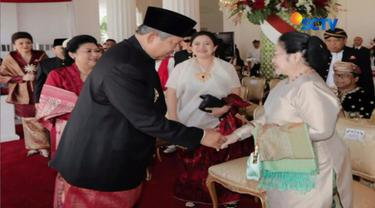 Kedua tokoh bangsa tersebut saling bersalaman dan melempar senyum hangat. Foto tersebut diambil fotografer pribadi SBY.