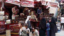 Pedagang kurma melayani pembeli selama bulan suci Ramadan di sebuah pasar di ibukota Sanaa, Yaman (22/5). (AFP Photo/Mohammed Huwais)