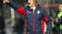 Pelatih Crotone, Davide Nicola, memenuhi janji bersepeda 1.300 km setelah membawa tim bertahan di Serie A. (AFP/Carlo Hermann)
