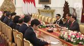 Presiden Joko Widodo (kanan tengah) saat menerima kunjungan ketua beserta anggota parlemen Singapura di Istana Merdeka, Jakarta, Rabu (20/11/2019). Rombongan parlemen Singapura dipimpin oleh Ketua Parlemen Singapura Tan Chuan-Jin. (Liputan6.com/Angga Yuniar)