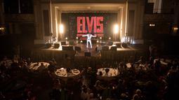 Suasana saat penyanyi Jason Dale tampil dalam pembukaan 'Perayaan Elvis 2018' di Blackpool Winter Gardens, Barat Laut Inggris, Jumat (29/6). Festival memperingati Elvis Presley ini digelar selama tiga hari. (Oli SCARFF/AFP)