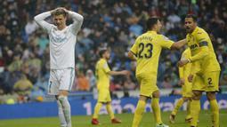 Striker Real Madrid, Cristiano Ronaldo, tampak kecewa usai ditaklukkan Villarreal pada laga La Liga Spanyol di Stadion Santiago Bernabeu, Madrid, Sabtu (13/1/2018). Real Madrid kalah 0-1 dari Villarreal. (AP/Paul White)