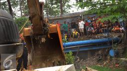 Warga menyaksikan pembongkaran di kawasan Tanah Tinggi, Tangerang, Rabu (16/12). Dalam pembongkaran ini pihak Pemprov Banten sudah melakukan sosialisasi sejak tahun 2010. (Liputan6.com/Faisal R Syam)
