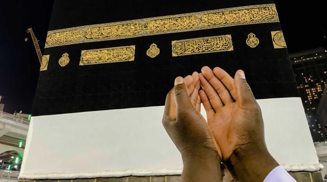 Umat muslim berdoa di depan bangunan Kakbah di Masjidil Haram, Mekah, Arab Saudi, Kamis (16/8). Kakbah adalah sebuah bangunan di tengah-tengah masjid paling suci dalam agama Islam, Masjidil Haram. (AP Photo/ Dar Yasin)