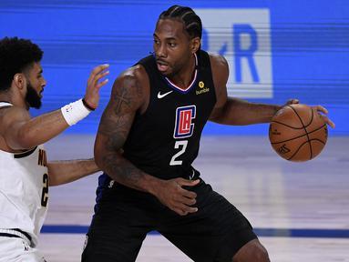 Kawhi Leonard (kanan) merupakan salah satu pemain terbaik tim Los Angeles Clippers saat ini dengan rataan 24 poin per game. Ia terkenal membawa keberuntungan bagi tim yang dibelanya dengan langsung membawa timnya menjadi kandidat juara. (Foto: Getty Images via AFP/Douglas P. Defelice)
