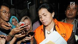 Merry Purba resmi ditetapkan tersangka dan ditahan KPK terkait suap putusan penanganan perkara dipengadilan Tipikor Medan.(merdeka.com/Dwi Narwoko)