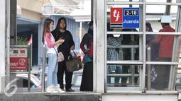 Sejumlah penumpang menunggu kedatangan bus Transjakarta di Halte Juanda, Jakarta, Sabtu (19/11). Transjakarta lakukan penambahan jam layanan operasional untuk penuhi kebutuhan transportasi masyarakat di malam hari. (Liptan6.com/Yoppy Renato)