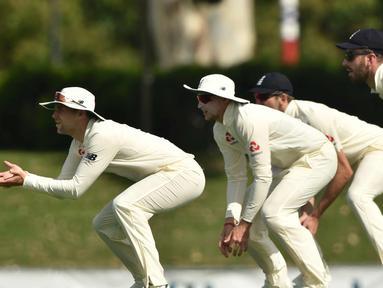 Pemain Inggris bersiap menangkap bola saat bertanding melawan Cricket Australia XI pada hari ketiga pertandingan tur empat hari Ashes di Stadion Tony Ireland di Townsville (17/11). (AFP Photo/Peter Parks)
