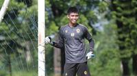 Tegas Surya, kiper muda Arema FC yang disebut-sebut mirip Kurnia Meiga. (Bola.com/Iwan Setiawan)