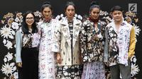 Desainer Tities Sapoetra (kanan) bersama para model saat memamerkan busana rancangannya di Jakarta, Kamis (13/9). Tities akan menunjukkan rancangannya pada Fashion Division Paris Fashion Show Spring Summer 2019. (Liputan6.com/Immanuel Antonius)