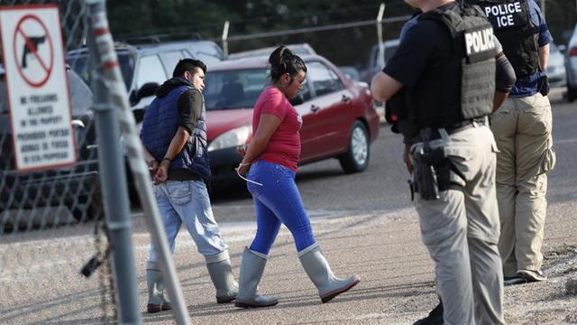 Otoritas imigrasi AS melakukan razia terhadap para pekerja asing di negara bagian Mississippi (AP/Rogello V Solis)