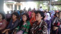 Para wanita di Kulon Progo antusias mengikuti penyuluhan dan tes IVA untuk cegah kanker serviks.