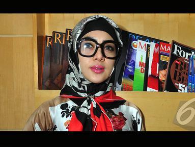 Syahrini tampil berhijab saat pulang umroh di Bandara Soekarno-Hatta (Liputan6.com/Faisal R Syam)