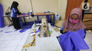 Peserta pelatihan memproduksi alat pelindung diri (APD) berupa pakaian dekontaminasi atau baju hazmat di Balai Latihan Kerja (BLK), Cibodas, Kota Tangerang, Rabu (15/4/2020). Baju diproduksi untuk tenaga medis yang merawat pasien virus corona covid-19. (Liputan6.com/Fery Pradolo)