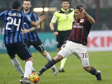 Penyerang AC Milan, Carlos Bacca (kanan) berusaha melewati bek Inter Milan, Jeison Murillo pada lanjutan Serie A Liga Italia di Stadion San Siro, Milan (31/01/2016). AC Milan menang telak atas Inter Milan dengan skor 3-0. (REUTERS/Alessandro Garofalo)