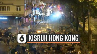Hong Kong terus diwarnai aksi demonstrasi. Bentrokan dalam demonstrasi kembali terjadi bahkan membuat demonstran membakar sebuah pagar universitas.