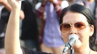 Musisi Melanie Subono dalam Aksi 365 hari kasus Novel Baswedan yang tak kunjung terungkap di seberang Istana Negara, Jakarta, Rabu (11/4). Peserta aksi meminta pemerintah segera membentuk tim gabungan pencari fakta (TGPF). (Liputan6.com/Immanuel Antonius)