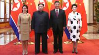 Pemimpin Korea Utara Kim Jong-un didampingi istrinya, Ri Sol-ju bertemu Presiden China Xi Jinping dan istrinya, Peng Liyuan dalam kunjungan kejutan ke Beijing, Rabu (28/3). Kunjungan tidak resmi itu berlangsung dari 25-28 Maret. (Ju Peng/Xinhua via AP)