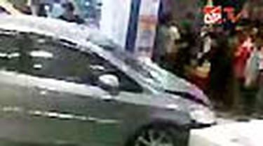 Pengemudi mobil Honda City yang lepas kendali dan menabrak bangunan lantai bawah Mal Cibubur Junction, Jaktim, hingga kini belum diketahui keberadaan. Sementara korban tewas dalam kecelakaan ini telah dimakamkan tadi pagi.
