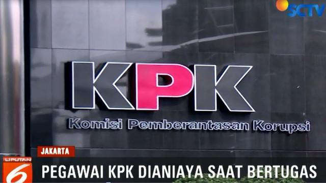Menurut juru bicara KPK Febri Diansyah, dua pegawai yang dianiaya tersebut datang ke lokasi rapat antara Pemprov dan DPRD Papua yang tengah membahas APBD 2019.