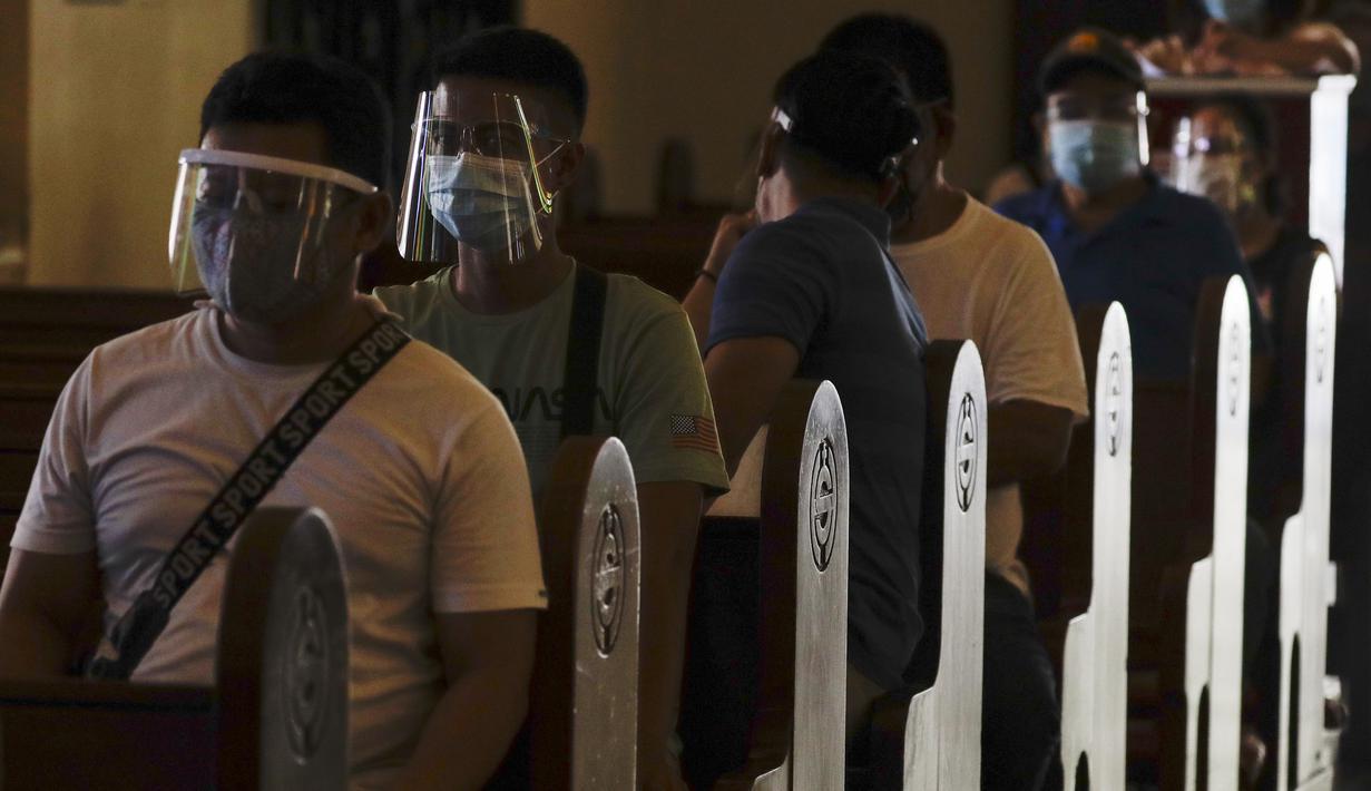 Warga menunggu untuk diinokulasi dengan vaksin COVID-19 produksi AstraZeneca di dalam gereja Paroki Hati Kudus Yesus di Quezon City, Filipina, Senin (17/5/2021). Sempat ditangguhkan, Filipina melanjutkan penggunaan vaksin AstraZeneca pada penduduk berumur di bawah 60 tahun. (AP Photo/Aaron Favila)