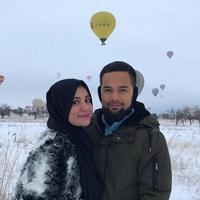 Kesulitan sang istri yang sedang hamil anak ketiga untuk menunduk, Teuku Wisnu pun terlihat dengan sabar merapikan tali sepatu istrinya. (Instagram/teukuwisnu)