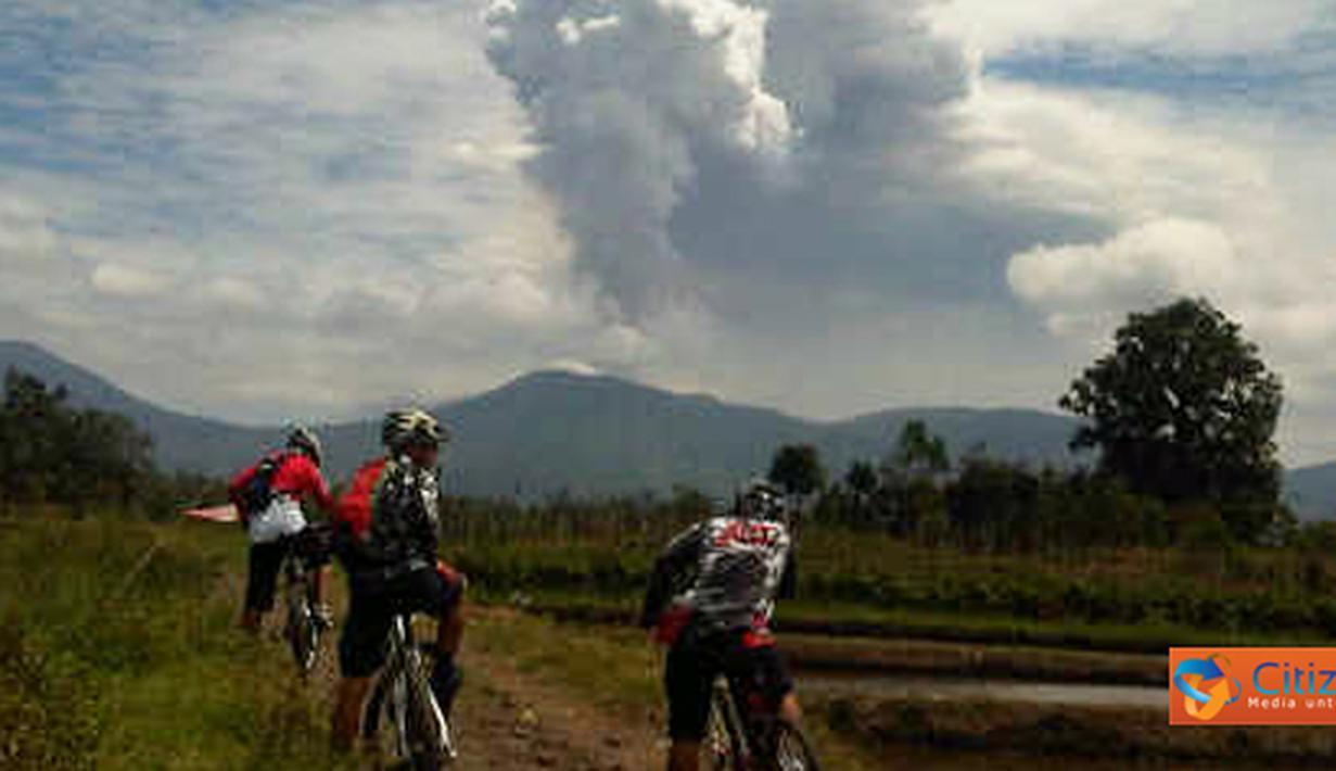 Citizen6, Minahasa: Gunung Soputan kembali meletus disertai asap tebal sekitar pukul 13.00 WITA, Minggu (14/8). Foto ini diambil oleh anggota sepeda Manado Cycling Mania (MCM) yang sedang melakukan cross country (xc). (Pengirim: Dino Gobel)