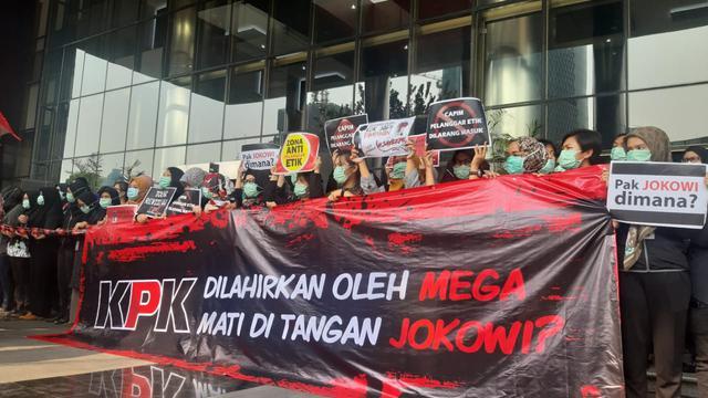 Pegawai KPK menggelar aksi menolak revisi UU KPK