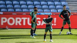 Penyerang Portugal, Cristiano Ronaldo bersama rekan-rekannya melakukan pemanasan selama mengikuti latihan tim di stadion Algarve di Faro (13/11/2019). Portugal akan bertanding melawan Lithuania pada Grup B Kualifikasi Piala Eropa 2020 di Estádio Algarve. (AFP Photo/Patricia De Melo Moreira)