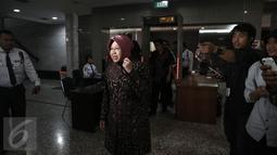 Wali Kota Surabaya Tri Rismaharini saat tiba di Gedung Mahkamah Konstitusi (MK), Jakarta, Rabu (8/6). Risma menjadi saksi atas gugatan yang dilayangkan warga Surabaya terhadap UU Nomor 23 Tahun 2014. (Liputan6.com/Faizal Fanani)