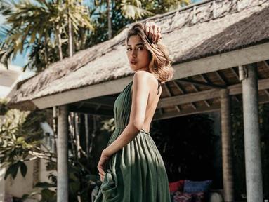 Jessica Iskandar kerap kali mengunggah foto gaya berpakaiannya. Tunangan Richard Kyle ini terlihat sexy dengan pakaian yang terbuka. (Liputan6.com/IG/inijedar)