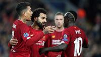 Pemain Liverpool Mohamed Salah (tengah) merayakan golnya ke gawang Red Bull Salzburg bersama Sadio Mane (kanan) dan Roberto Firmino (kiri) pada lanjutan Liga Champions di Stadion Anfield, Liverpool, Inggris, Rabu (2/10/2019). The Reds menang tipis 4-3 atas Salzburg. (AP Photo/Jon Super)