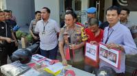 Polisi menangkap perampok minimarket di Surabaya, Jawa Timur (Foto: Liputan6.com/Dian Kurniawan)
