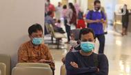 Warga menunggu di RS Mitra Keluarga, Depok, Senin (2/3/2020). Sebanyak 70 petugas medis di RS Mitra Keluarga Depok, Jawa Barat, dirumahkan. Petugas tersebut sempat berinteraksi dengan dua pasien yang positif terinfeksi virus korona COVID-19. (Liputan6.com/Herman Zakharia)
