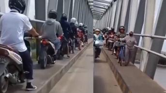 Pemotor Libas Trotoar Hindari Macet, Malah Viral Terjebak di Belakang Emak-Emak