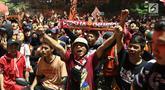 Suporter tim Macan Kemayoran merayakan gelar juara Go-Jek Liga 1 Indonesia 2018 bersama Bukalapak yang diraih Persija di kawasan Bundaran HI, Jakarta, Minggu (9/12). Persija meraih gelar juara dengan 62 poin. (Liputan6.com/Helmi Fithriansyah)