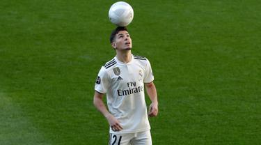 Pemain baru Real Madrid, Brahim Diaz mengontrol bola saat diperkenalkan di Santiago Bernabeu  (7/1). Diaz direkrut Madrid dari Manchester City dengan dana 17,3 juta euro (Rp 281 miliar) plus 7,3 juta euro (Rp 118 miliar). (AP Photo/Manu Fernandez)