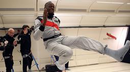 Sprinter Jamaika, Usain Bolt saat mencoba ruangan gravitasi nol dalam pesawat Airbus Zero-G di Reims, Prancis, Rabu (12/9). Bolt menghabiskan empat menit mengambang dan bercanda dalam kondisi hampir tanpa bobot. (Laurent Theillet, Mumm/Novespace via AP)
