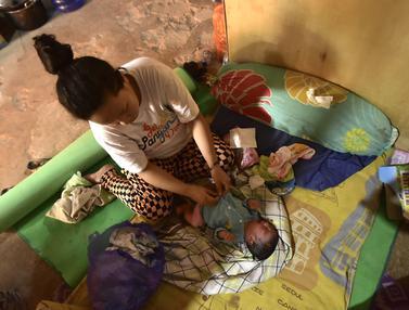 Lucunya Bayi Laki-Laki yang Baru Lahir di Tenda Pengungsian Korban Gempa Mamuju