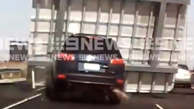 Santa Fe News >> Ngeri Mobil Wanita Ini Tertimpa Papan Petunjuk Jalan Tol