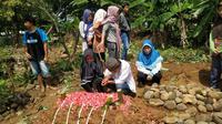 Suasana haru di makam Almarhumah Adila bocah asal Cirebon yang meninggal karena dipatok ular berbisa. Foto (Liputan6.com / Panji Prayitno)