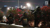 Aparat kepolisian melepaskan tembakan gas air mata untuk membalas serangan petasan yang dilemparkan oleh demonstran di sekitar Gedung DPR RI, Jakarta, Senin (30/9/2019). Demo mahasiswa dan sejumlah elemen tersebut berakhir dengan bentrok dengan polisi. (Liputan6.com/Immanuel Antonius)