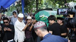 Sejumlah kerabat dan keluarga mengantarkan jenazah Julia Perez untuk dimakamkan di TPU Pondok Ranggon, Jakarta, Sabtu (10/6). Jupe diketahui mengidap sakit kanker serviks sejak 2014 silam. (Liputan6.com/Herman Zakharia)
