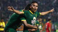 Gelandang Persebaya Surabaya, Irfan Jaya, merayakan gol yang dicetaknya ke gawang Sabah FA pada laga persahabatan di Stadion Gelora Bung Tomo, Surabaya, Sabtu (8/2). Persebaya menang 3-1 atas Sabah FA. (Bola.com/Aditya Wany)