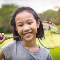 Ilustrasi anak bermain badminton/copyright shutterstock By CGN089